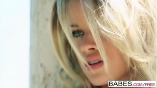 Длинноволосая шлюха-блондинка выполняют минет члена и познает огромный член в манду